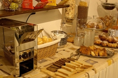 guesthouse-gardalake-right-on-the-lake-breakfast-buffet-0004