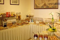 guesthouse-gardalake-right-on-the-lake-breakfast-buffet-0005