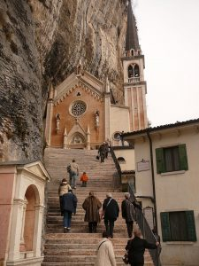 Santuario_Madonna_della_Corona-ingresso_chiesa