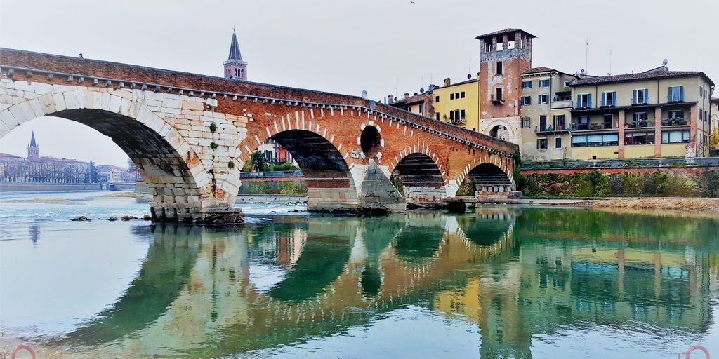 Il più antico ponte di Verona. Attraversa il fiume Adige.
