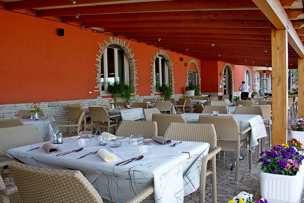 Restaurant am Gardasee mit Steg und Boje