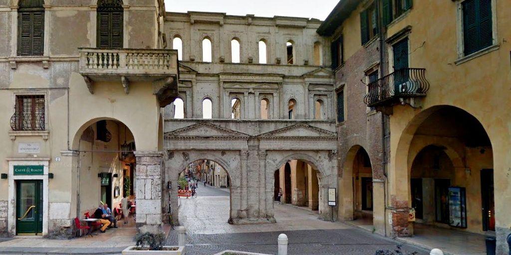 Porta Borsari nella Verona di epoca romana