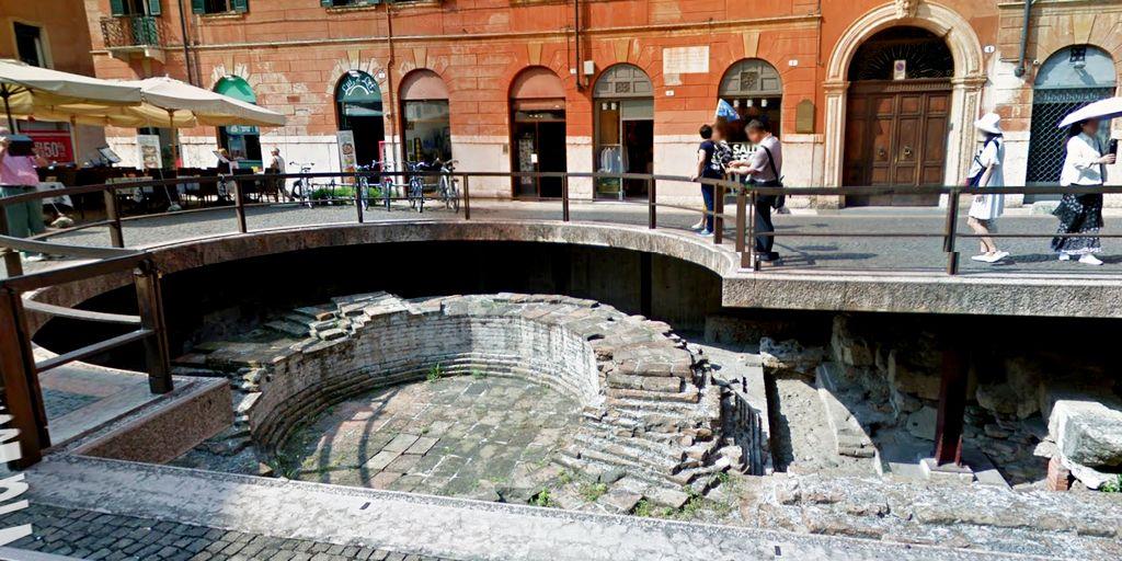 La pavimentazione romana sotto il livello attuale della strada